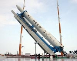 Južnokorejska raketa KSLV-1 za vrijeme podizanja na lansirnu rampu