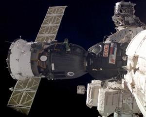 Ruski svemirski brod Sojuz za troje astronauta spojen s ISSom, jedina veza ljudi i svemira u narednih pet godina nakon umirovljenja američkih raketoplana krajem ove godine